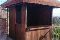 Frontal Chiringuito de Madera con Cubierta de Junco Africano