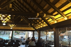 vista interior de salon restaurante con pergola de junco africano